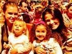 Carolinie Figueiredo e Samara Felippo posam com as filhas