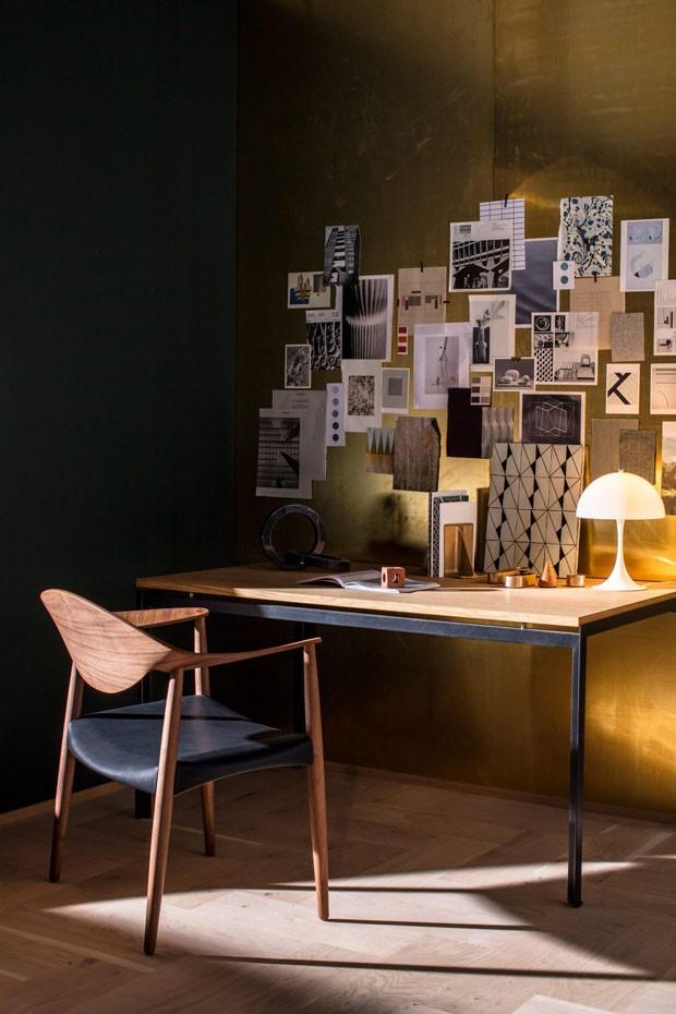 Décor do dia: home office com parede dourada (Foto: Reprodução)
