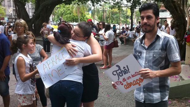 Ato distribui abraços a familiares de vítimas da Kiss  (Luiza Carneiro/G1)