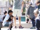 Domingo no parque: Gwen Stefani se diverte com os filhos