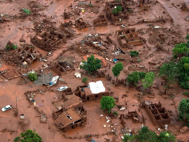 06/11 - Carros e destroços de casas são vistos em meio a lama após o rompimento de uma barragem de rejeitos da mineradora Samarco no Distrito de Bento Rodrigues, no interior de Minas Gerais (Foto: Christophe Simon/AFP)
