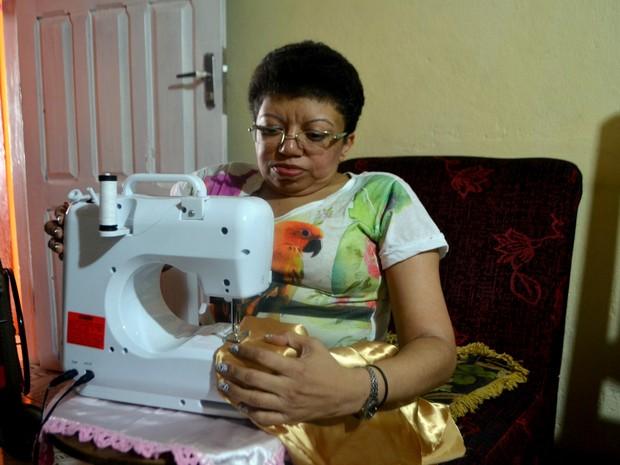 Maria Daise, de 48 anos, foi diagnosticada quando criança (Foto: Abinoan Santiago/G1)