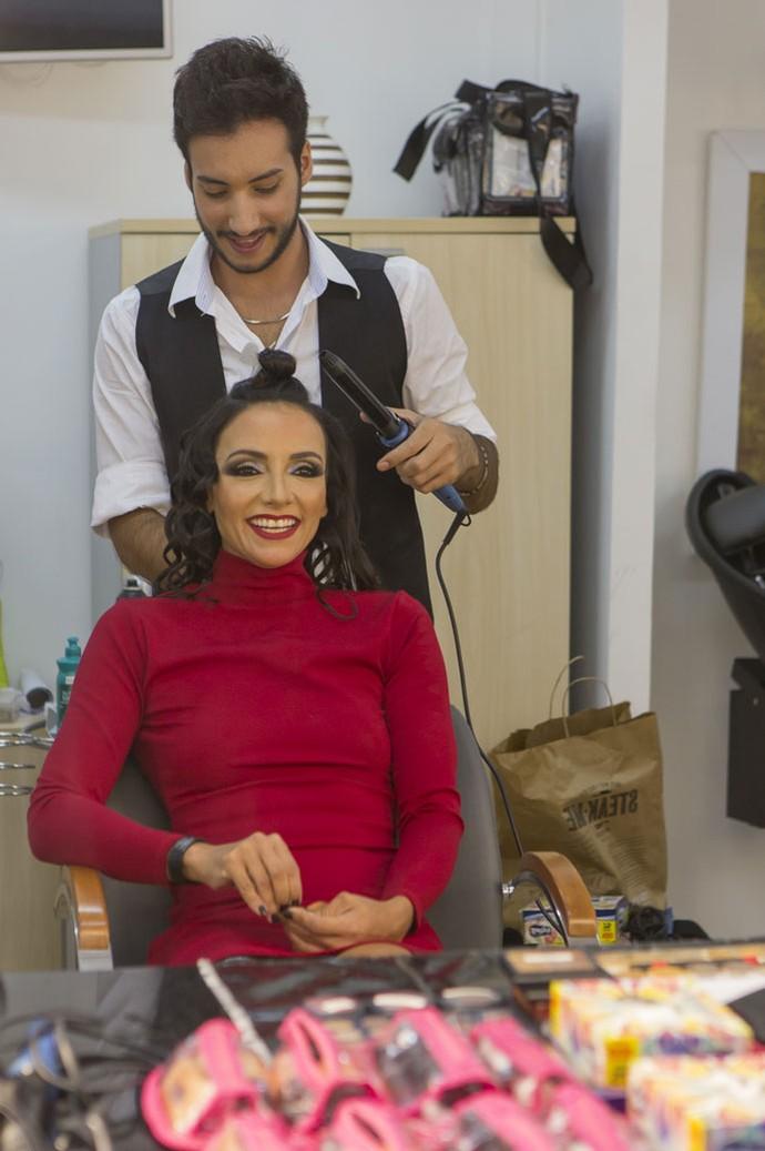 Marinalva preparando o cabelo para Grande Final (Foto: Artur Meninea/Gshow)