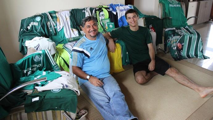 Nilton Cosson e Igor Mota, pai e filho, colecionam camisas do Palmeiras (Foto: João Paulo Maia)