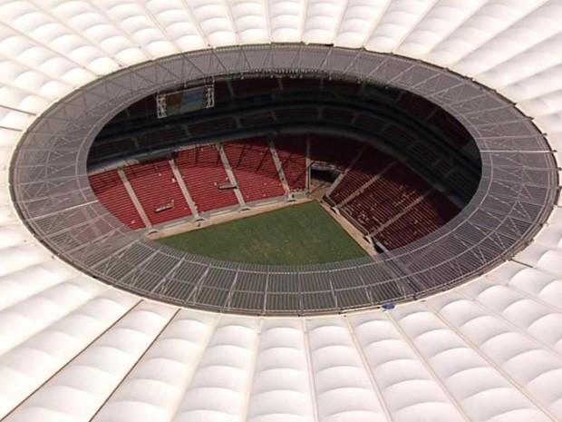 Foto aérea do Estádio Nacional de Brasília mostra a arquibancada, painel eletrônico e gramado (Foto: Reprodução/Tv Globo)
