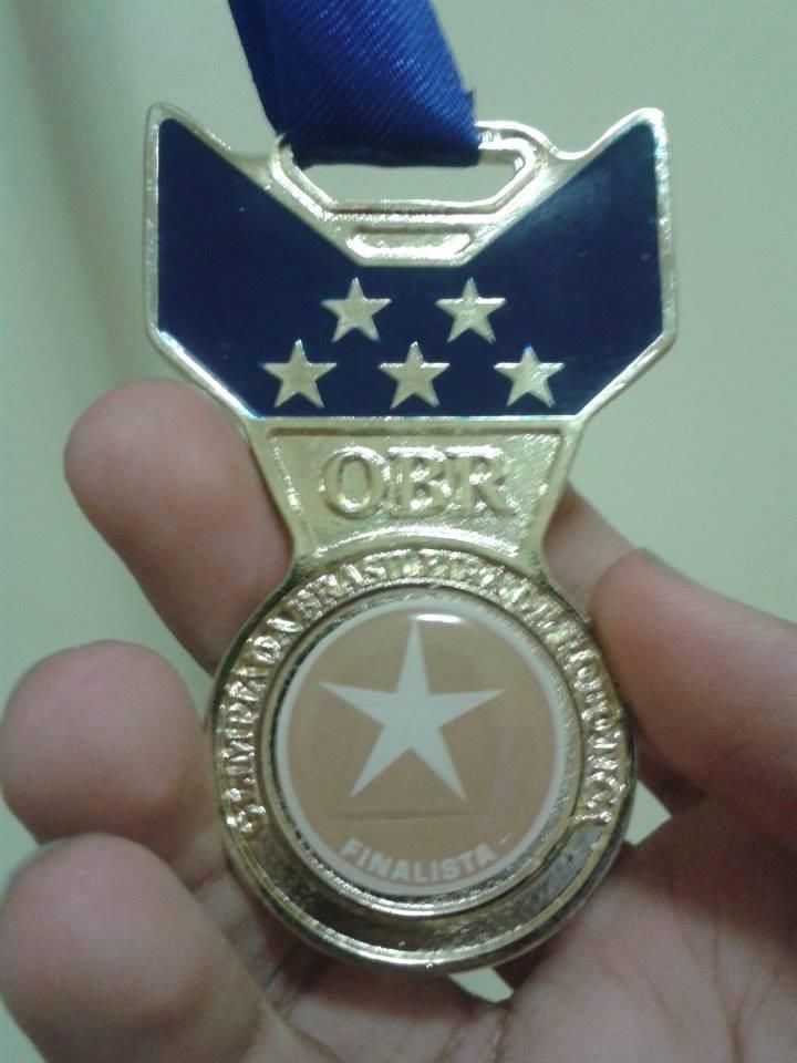 Campeão de olimpíadas mostra medalha de ouro em Robótica (Foto: Gabriel Willians/Arquivo Pessoal)