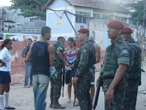Moradores são revistados pelo Exército no Alemão (Foto: Liana Leite/G1)