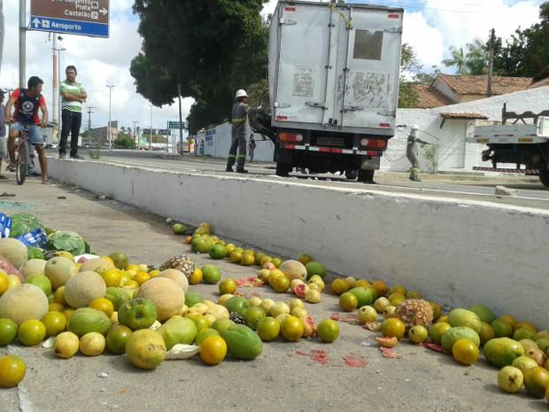 Carro com carga de frutas capota e duas pessoas morrem na - Carro de frutas ...