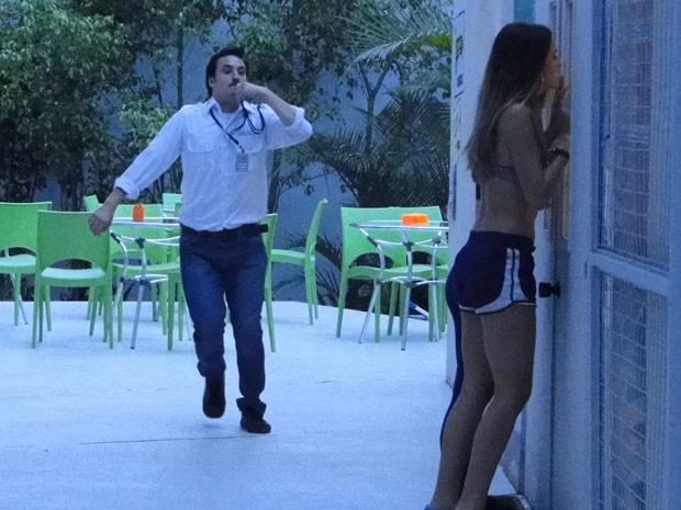 Robson fica maluco atrás das duas (Foto: Malhação / Tv Globo)