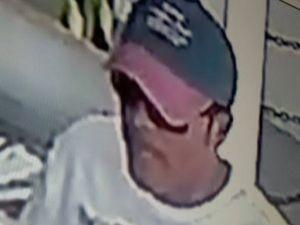 Câmeras de segurança da lotérica flagraram o suspeito conhecido como Cacai (Foto: Divulgação/PM-SE)