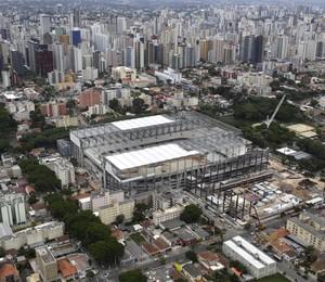 Imagem aérea das obras da Arena da Baixada, em Curitiba, em foto de dezembro de 2013 (Foto: Renata Brito/AP)