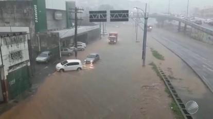 Alagamento: água chega a 50 centímetros de altura na Avenida Vasca da Gama, em Salvador