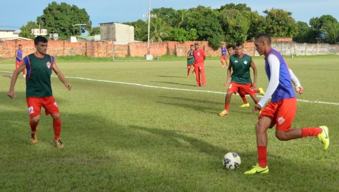 Meia-atacante Careca (com a bola) pode ser uma das novidades no time titular do Rio Branco para a estreia no Campeonato Acreano (Foto: Duaine Rodrigues)