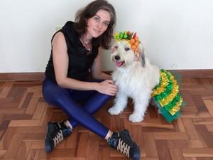 Neila Caputo e cachorrinha de estimação Pérola Carolline. (Foto: Alex Araújo/G1)