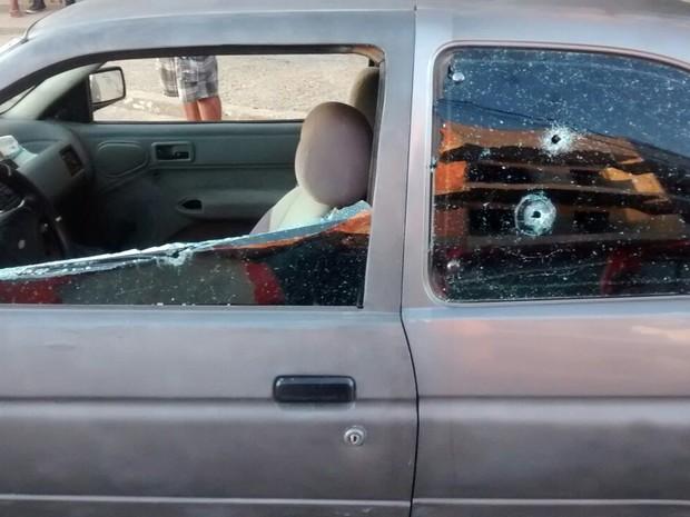 Veículo foi atingido por diversos tiros (Foto: Divulgação/PM)