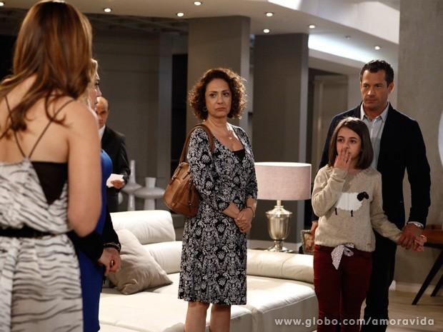 Paulinha sofre em ter que se despedir de Paloma (Foto: Amor à Vida / TV Globo)