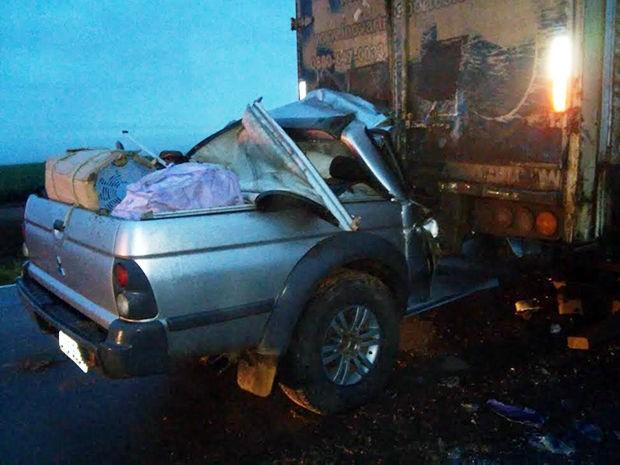 Caminhonete bateu na traseira de um caminhão que estava estragado na BR-070; quatro morreram. (Foto: Bombeiros/Primavera do Leste (MT).)