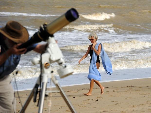Telescópio na praia de Palm Cove, na Austrália, onde será visto o eclipse total de sol (Foto: Greg Wood/AFP)