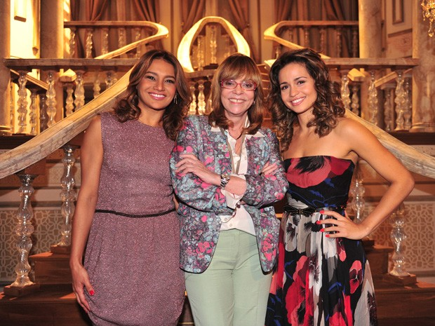 Dira ao lado de Glória Perez e Nanda Costa, sua filha na novela (Foto: Rede Globo/João Miguel Júnior)