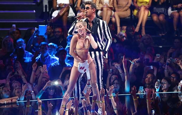 """Miley Cyrus foi criticada após a performance no VMA 2014 também por causa da cor de sua pele: muitos acharam a popstar pálida demais. Ela retrucou via Twitter uma usuária da rede social: """"Já sei qual é minha cor. Você pode parar de ficar me lembrando dela com tanto carinho, vadia"""". (Foto: Getty Images)"""