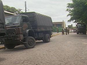 Além dos veículos do 31º Batalhão, dois carros do Exército foram trazidos de outras cidades para ajudar no trabalho. (Foto: Rafael Melo/G1)
