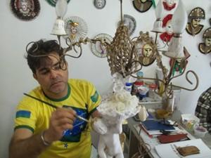 O artesão Paulo faz máscaras e fantasias (Foto: Rafael Melo/G1)