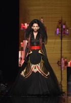 Conchita Wurst, a cantora barbuda, encerra desfile de Jean Paul Gaultier