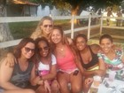De shortinho, Viviane Araújo posa ao lado das amigas
