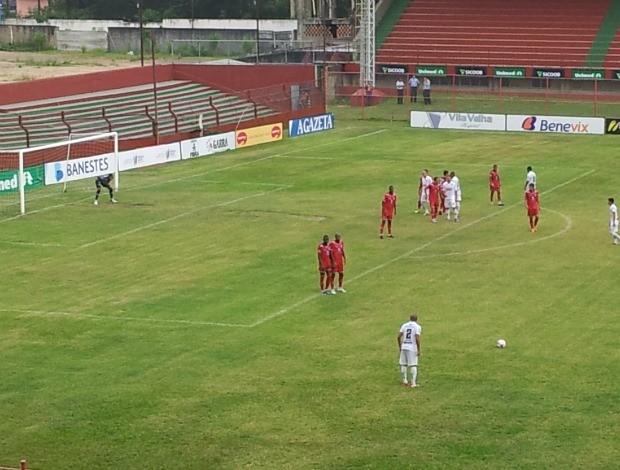 Jancarlos cobra falta pelo Rio Branco-ES contra o Aracruz (Foto: Bruno Marques/Globoesporte.com)