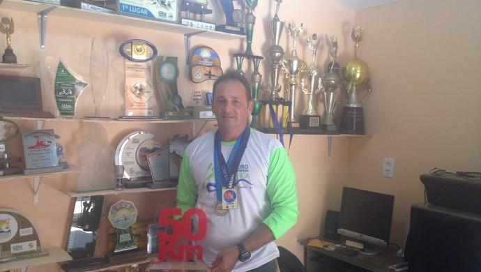 Hiel exibe prêmios de provas que disputou em 25 anos de carreira (Foto: Dominique Cavaleiro/ GloboEsporte.com)