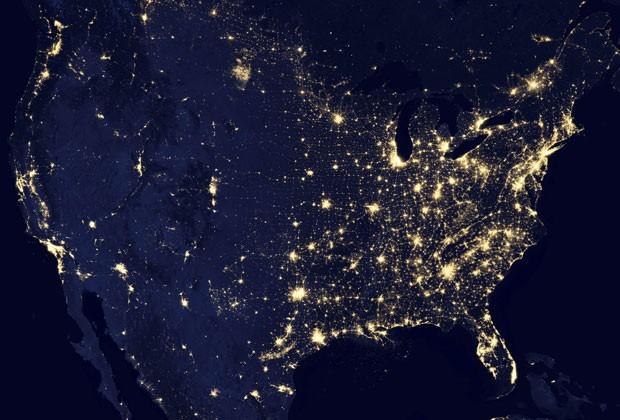 Foto de satélite mostra os Estados Unidos durante a noite, com concentração de luzes na Costa Leste (Foto: NASA Earth Observatory/Reuters)