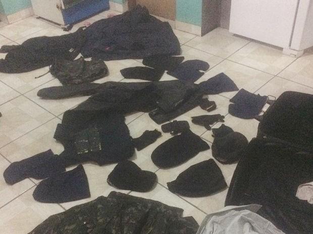 Roupas pretas e camufladas foram apreendidas na Operação Mercenários, nesta terça-feira (Foto: Assessoria/Polícia Civil de MT)