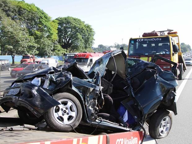Acidente envolvendo quatro veículos na Rodovia Presidente Dutra, km 227, região de Guarulhos (SP). (Foto: Beto Martins/Futura Press/Estadão Conteúdo)