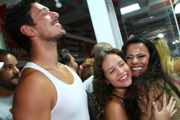 Viviane Araújo com elenco de Rock Story (Foto: Anderson Borde/Agnews)