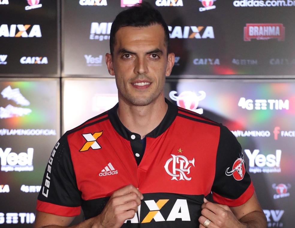 Rhodolfo vestiu a camisa 44 na apresentação e diz estar 100% fisicamente (Foto: Gilvan de Souza/Flamengo)