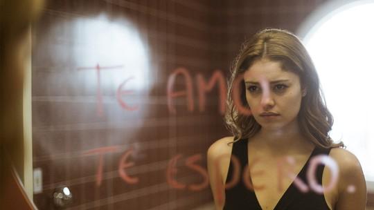 Alice se assusta com mensagem de Vitor