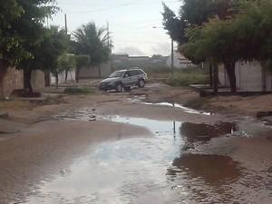 Carro de morador cai em cratera (Foto: Luis Carlos da Silva)