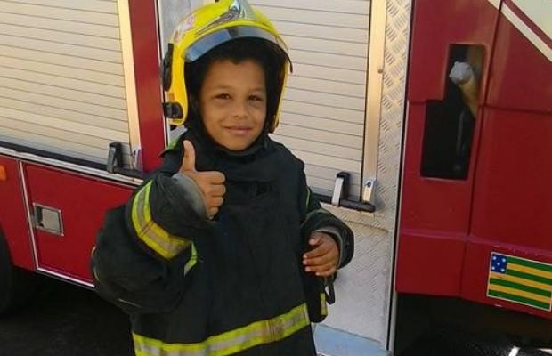 Matheus Lemes sonha em ser bombeiro e ajudou a combater incêndio em Quirinópolis, em Goiás (Foto: Divulgação/Bombeiros)