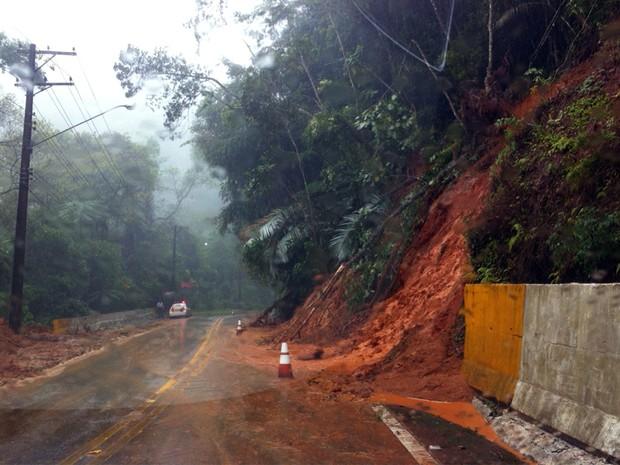 Foram registrados vários deslizamentos de terra na Rio-Santos. (Foto: Rogério Corrêa/ TV Vanguarda)