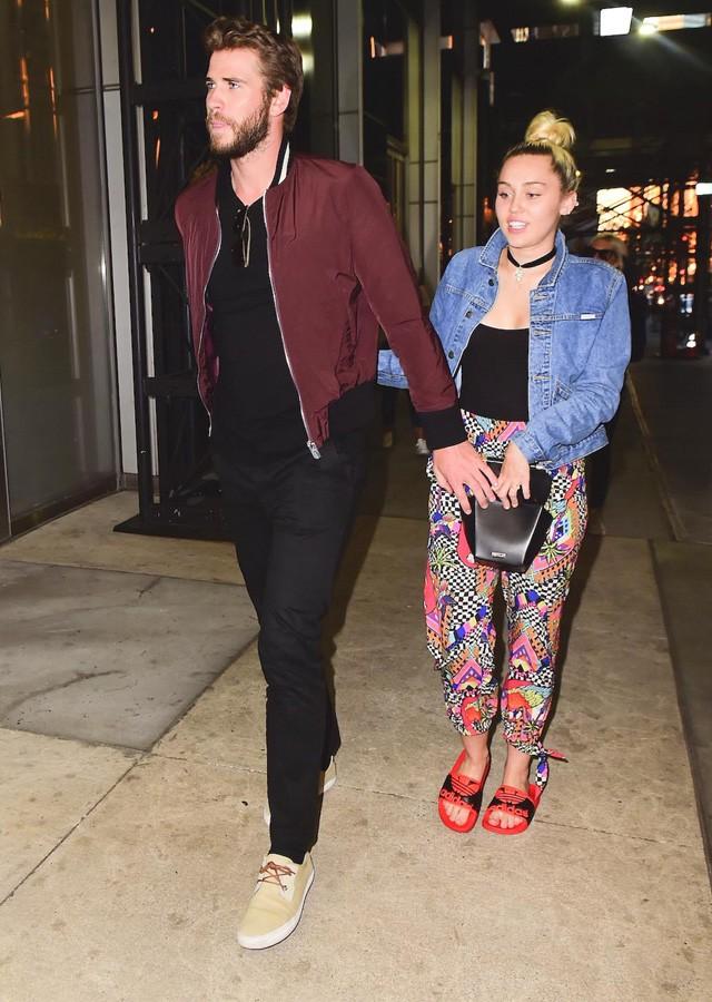 Admirable De Chinelos Miley Cyrus Passeia Com Liam Hemsworth Por Ny Quem Hairstyle Inspiration Daily Dogsangcom