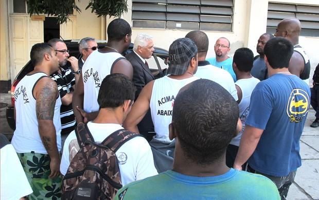 Roberto Dinamite com torcida organizada do Vasco em São Januário (Foto: Gustavo Rotstein / Globoesporte.com)