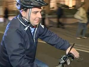 Prefeito de Florianópolis passou por breve experiência ainda este ano sobre como ser ciclista na capital (Foto: Reprodução RBS TV)