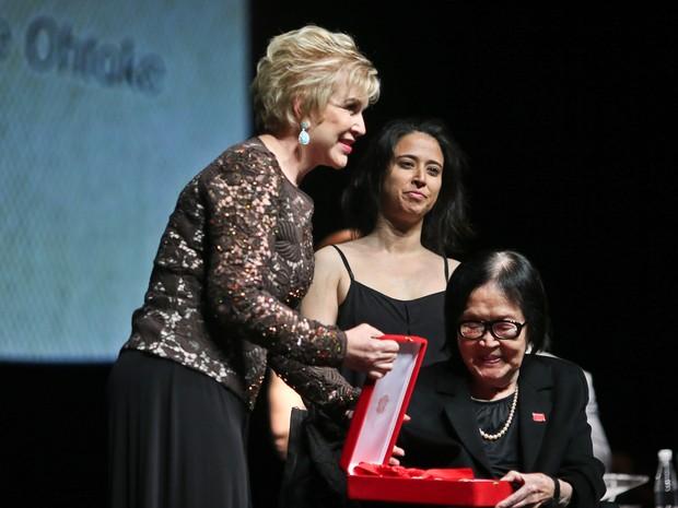 A ministra Marta entrega o prêmio para Tomie Ohtake, em 2013 (Foto: Fotos Públicas)
