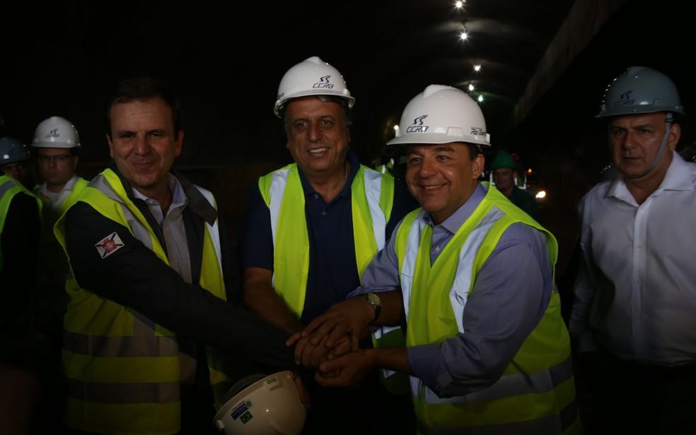 Sérgio Cabral (à direita), Pezão (centro) e Paes durante as obras da Linha 4 do metrô:  (Foto: Rodrigo Gorosito/G1)