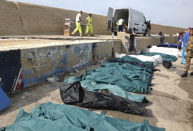 Corpos das vítimas de naufrágio são vistos na costa de Lampedusa nesta quinta-feira (3) (Foto: Nino Randazzo/AP)