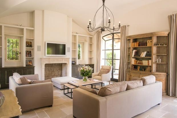 Sala de estar de uma das villas privadas do Hotel Byblos (Foto: Divulgação)