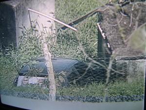 Carro de estudante caiu em serra e parou a 53 metros da pista (Foto: Reprodução/TV Paraíba)