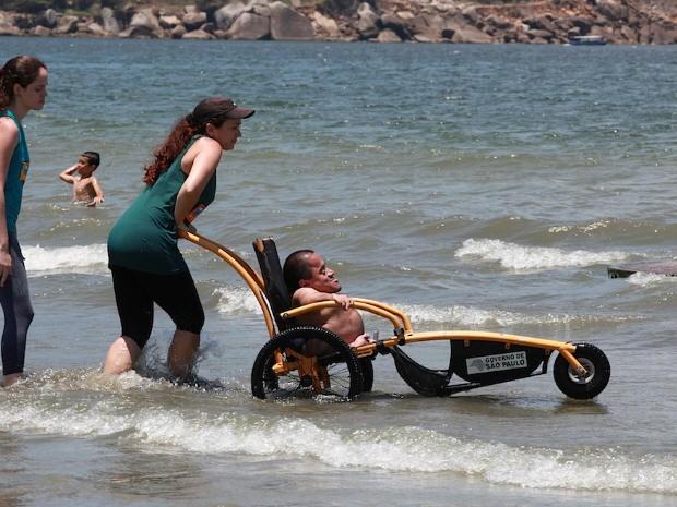 Cadeirantes praia (Foto: Divulgação / Prefeitura de Santos)