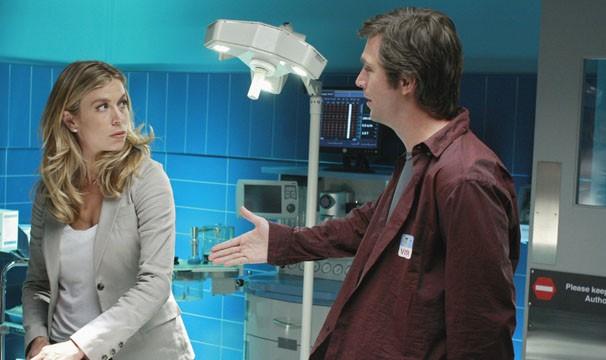 Olivia conhece o homem que aparece em sua visão (Foto: Divulgação/TV Globo)