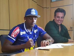 Marcos  Vinícius e Bruno Vicintin na renovação de contrato do jogador (Foto: Divulgação/Cruzeiro)